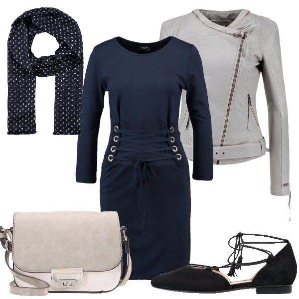 Outfit composto da vestito blu a maniche lunche con lacci sul davanti, chiodo in pelle bianca, ballerine blu a punta con lacci, tracolla multimateriale e pashmina blu con microfantasia bianca.