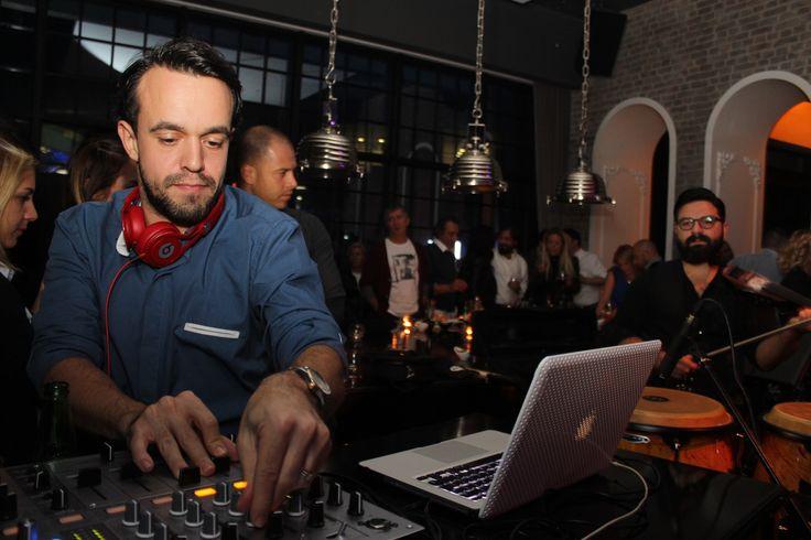 VOKAL, DJ VE ENSTRÜMANLI PARTİ- #djemreeser #onurnar Ankara'nın en renkli partilerinin gerçekleştiği No4 Restaurant Bar Lounge , sezonun ilk partisinde konuklarını ağırladı. Dj Emre Eser ve Multienstrümantalist Onur Nar'a Mr. Voice'nin vokaliyle eşlik ettiği parti, Ankara sosyal yaşamının önde gelen isimlerinin katılımıyla gerçekleşti. Her ayın ilk Cuma gecesi düzenlenen No4 partileri, yaz sebebiyle verilen aranın ardından Kasım ayının ilk cuması sezon açılışı yaptı.