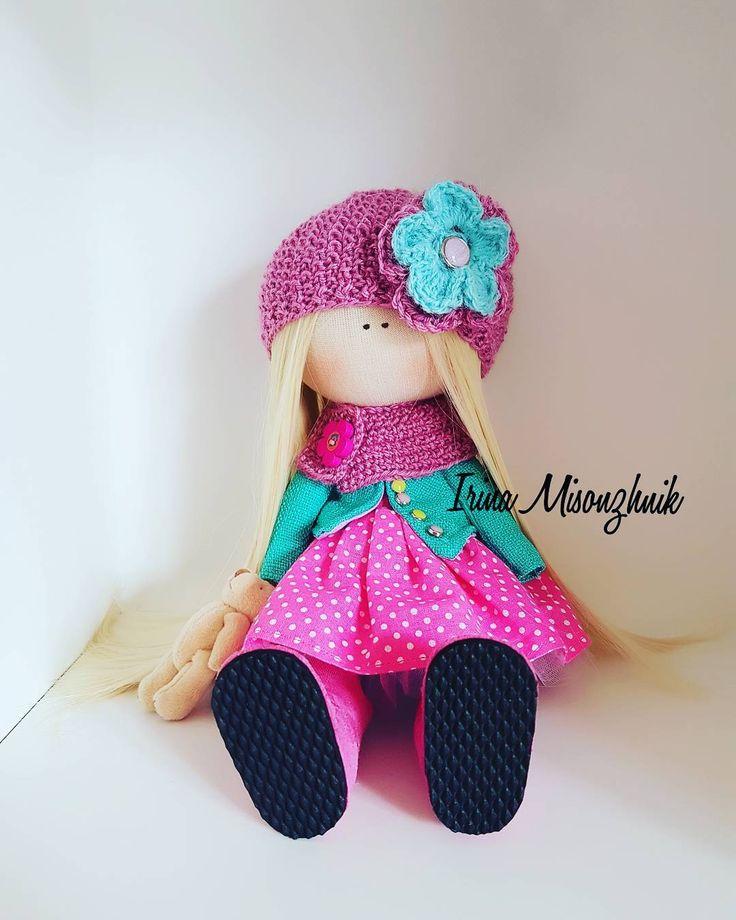 19 отметок «Нравится», 1 комментариев — Аксессуары 👜текстильные куклы🌸 (@irina_misonzhnik_) в Instagram: «Продается. Куколка  самостоятельно стоит и сидит, рост 28 см.  Соимость 3 000#кукла #тильда…»