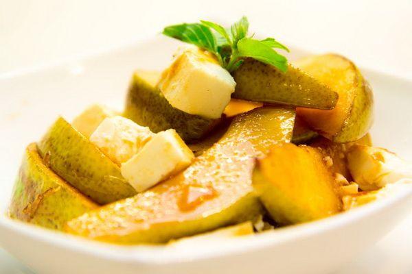 Теплый салат с карамельной грушей и фетой