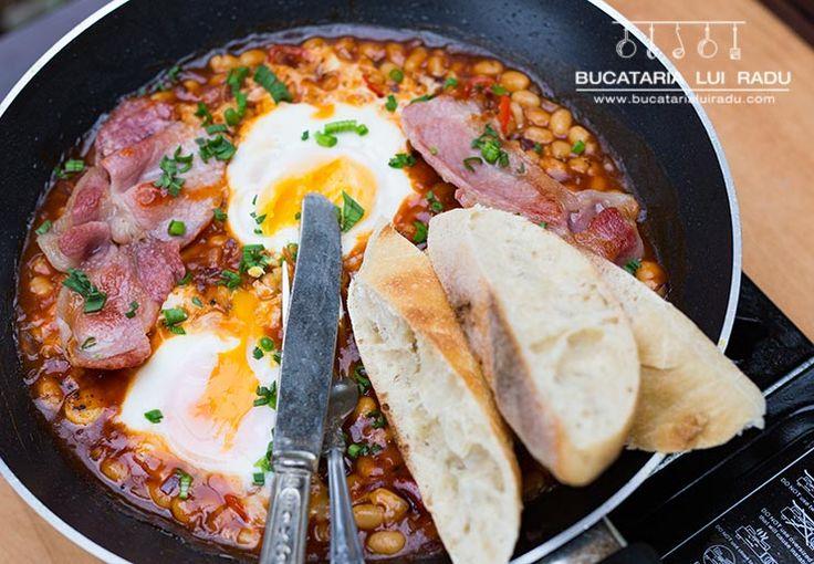 O fasole cu bacon si oua, simpla la tigaie fara prea multa preparare si gatire. Gata in cateva minute, buna pentru micul dejun sau oricand aveti pofta.