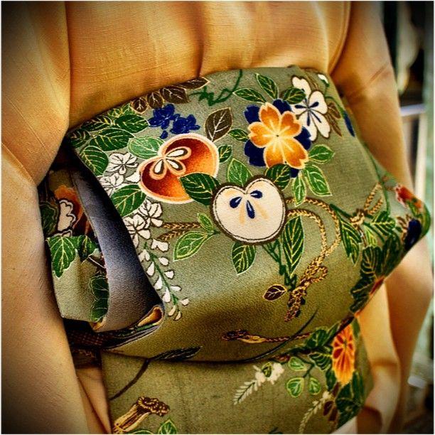 鳥の子色の結城紬に、縮緬の帯。桜、橘と藤が描かれてます。#kimono #obi #japan - @Kazunori Nakajima Ishii- #webstagram