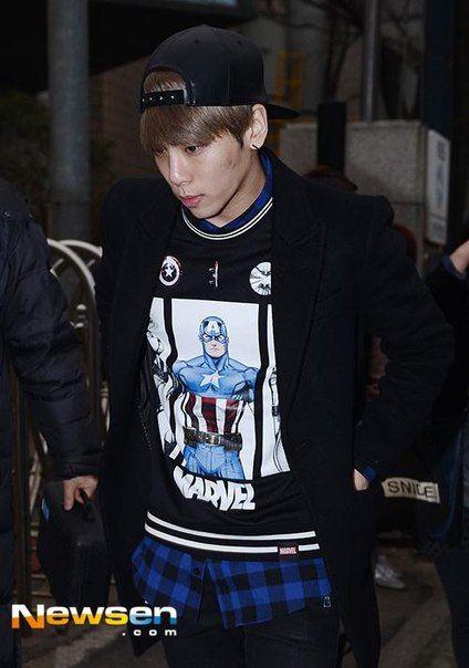 150116 Jonghyun по пути на Music Bank. Full:https://pbs.twimg.com/media/B7byeWGCcAAv9Kp.jpg