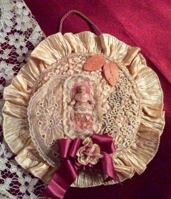 Cuscino con Biscuit cm. 4 . Collage con pizzi e merletti d'epoca. Anno 1920 ca.