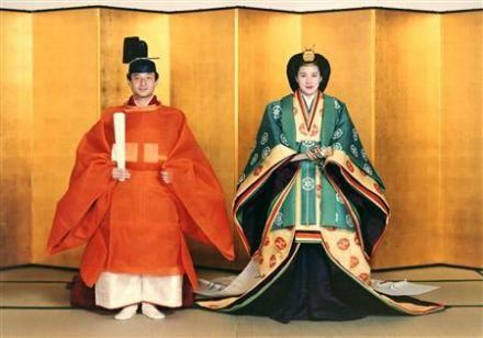 File:Crown Prince Naruhito & Masako Owada Wedding 1993-6.jpg    一番上の唐衣の模様はくちなしの花、 下の単衣のグラデーションは「花橘」の重色目。