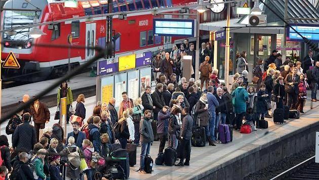 Lokführer-Gewerkschaft kündigt Mega-Streik an http://www.focus.de/finanzen/news/bahn-streik-im-live-ticker-von-dienstag-bis-sonntag-gdl-streikt-sechs-tage-lang-im-personenverkehr_id_4655744.html