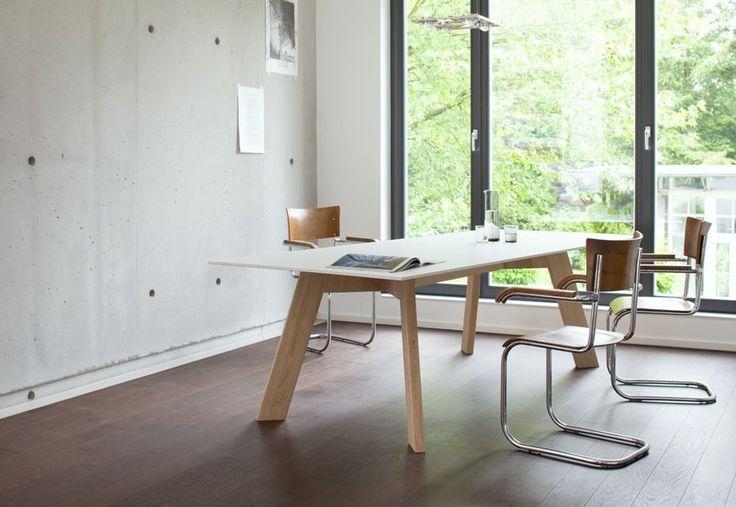 Wygodny stół biurowy X-woman - idealny w pracowniach architektonicznych i nie tylko.
