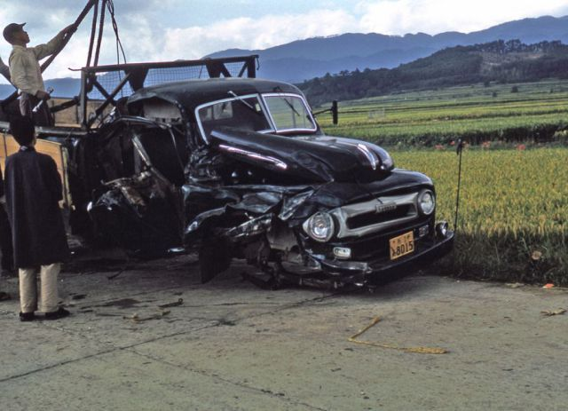 We can see paved road but no airbags in this accident.  舗装された道路ですがまだエアーバッグはありません。