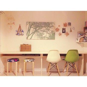 大人も子供も使えそうな勉強机は、長い壁を利用したカウンターで。フレキシブルに使えて便利そうですね。