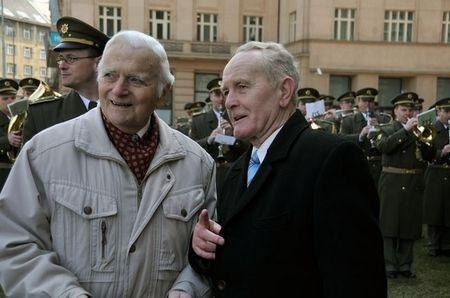 Bývalí šéfdirigenti vojenských hudeb podplukovník Jindřich Brejþek a plukovník Karel Bělohoubek před budovou Generálního štábu v dubnu 2013 (autor - Michal Voska)