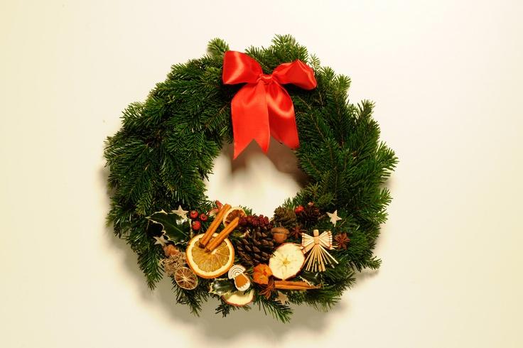 Vánoční věneček na dveře Chvojový věneček na dveře, průměr 25 cm, čerevná stuha, přírodniny. Pouze k osobnímu odběru Praha 5 - Anděl
