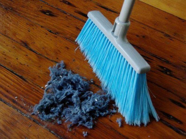 Το κολπο για να μαγνητίζετε τη σκόνη!Θα πάθετε πλακα. Θελέτε να ξεσκονίζετε μια και καλή,χώρις να μένει σκόνη στα επίπλα; Βουτήξτε τα ξεσκονόπανά σας σε μείγμα νερού και ίσης ποσότητας γλυκερίνης. Στύψτε τα και αφήστε τα να στεγνώσουν. Τώρα