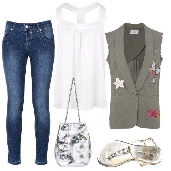 Pantaloni jeans slim fit, a vita normale e fantasia floreale, abbinati a un top bianco senza maniche, in raso, e gilet verde militare con applicazioni a contrasto. Infradito platino effetto laminato e borsa a secchiello argento, effetto laminato.