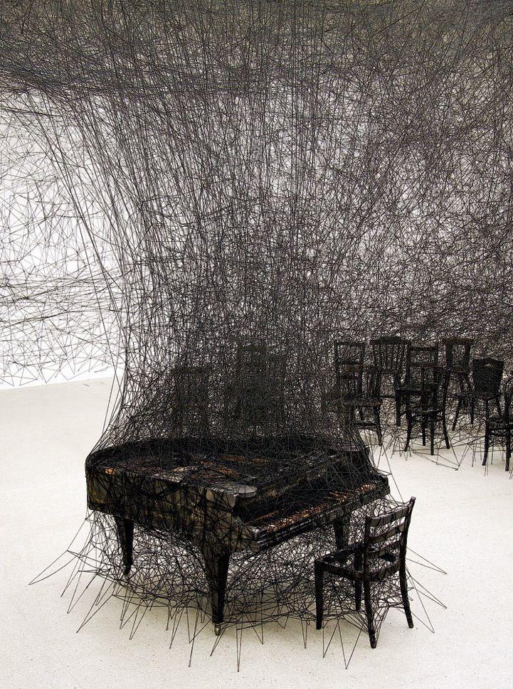 Simplement que j'adore cette artiste, je trouve ça magnifique et intéressant visuellement. Pour changer complètement d'ambiance...  Chiharu Shiota