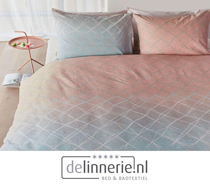 Het dekbedovertrek Carerra bestaat uit een verfijnde weefstructuur met een diagonaal grid. Het patroon is verdeeld in drie banen met een kleurverloop. Het dessin is opgebouwd uit de kleuren lichtroze, pastelgroen en wit. Het overtrek is gemaakt van 100% katoen. Het dekbedovertrek heeft een instopstrook over de gehele breedte aan beide zijden. #beddengoed #delinnerie #pastel #dekbedovertrek #bedroom #slaapkamer