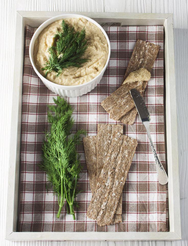 Хумус - это закуска из нута (турецкого гороха), пряная, ароматная и с определенным гороховым привкусом. Пользуясь своим вегетарианским проектом, решила приготовить этот соус-закуску самостоятельно. Сытно и вкусно, с цельнозерновыми хлебцами то, что нужно!