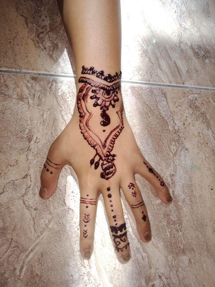 Jadi cetitanya ini baru belajar coret coret henna, yang