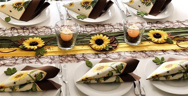 Bringt herbstliche Stimmung auf den Tisch: Tischdekoration mit Sonnenblumen in den Farben Braun, Gelb und Moosgrün. Hier gibts die genaue Deko-Anleitung und eine Übersicht über alle verwendeten Produkte: http://www.tischdeko-shop.de/Tischdekoration-nach-Farben/Tischdekoration-Braun/Tischdeko-mit-Sonnenblumen-Braun/