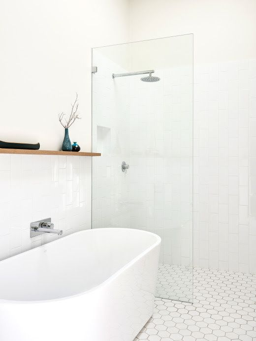 Tirar a pia e colocar junto ao vaso, e no lugar dela colocar uma banheira como essa