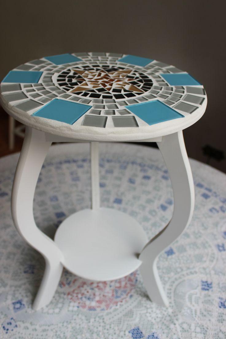 Banquinho de mdf com mosaico feito com pastilhas de vidro.