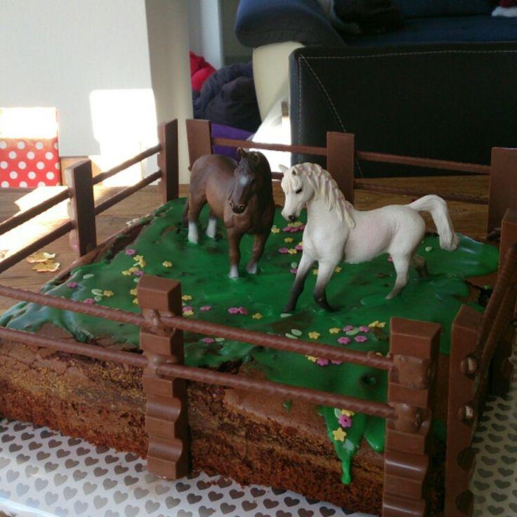 Geburtstagskuchen mit Pferden, ein Traum für jedes Mädchen. Schokoladenkuchen (http://www.rezeptwelt.de/rezepte/853/schokoladen-gugelhupf.html) doppelte Menge auf einem Blech backen und auskühlen lassen. Für die Glasur 200 g Puderzucker mit 30g Wasser vermengen und grüne Lebensmittelfarbe dazu geben. Den Zuckerguss als Rasenfläche verstreichen und Zucker blumen oder bunte Streusel verteilen. Die Pferde auf dem Kuchen platzieren. Schokoladenglasur nach Anleitung schmelzen. Die…