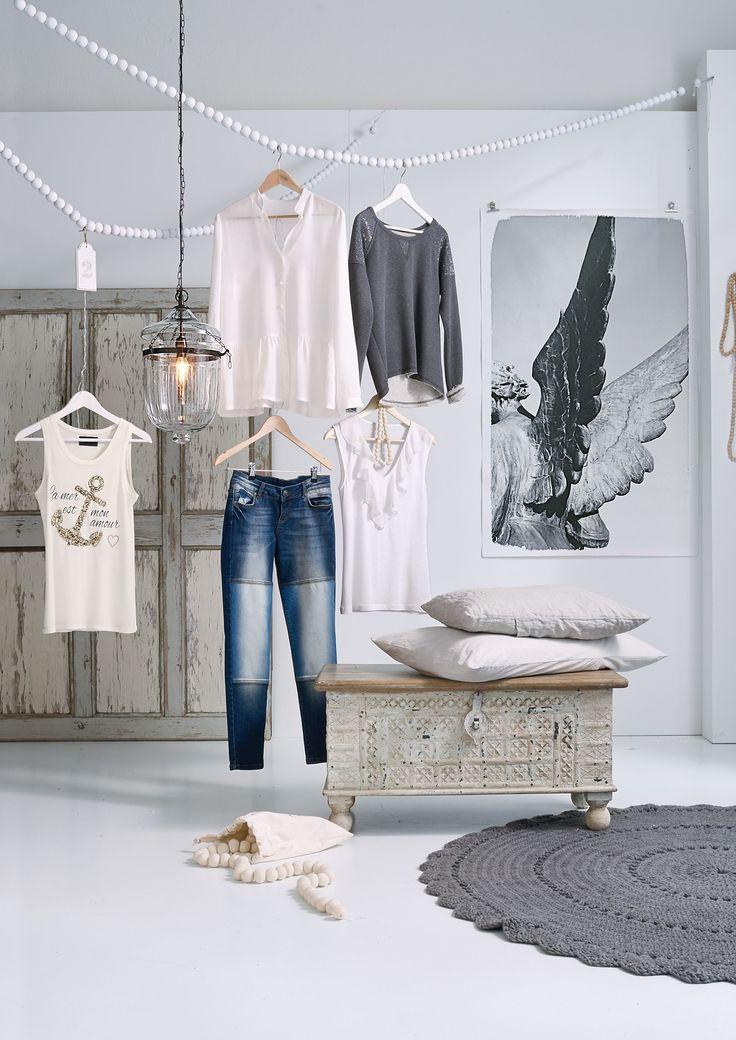 Ein Erbstück? Fast! Die mit individuellen Schnitzereien verzierte und mit antikem Finish weiß lackierte Truhe mit naturfarbenem Deckel zeigt, wie ein Einzelstück den Raum verwandeln kann.