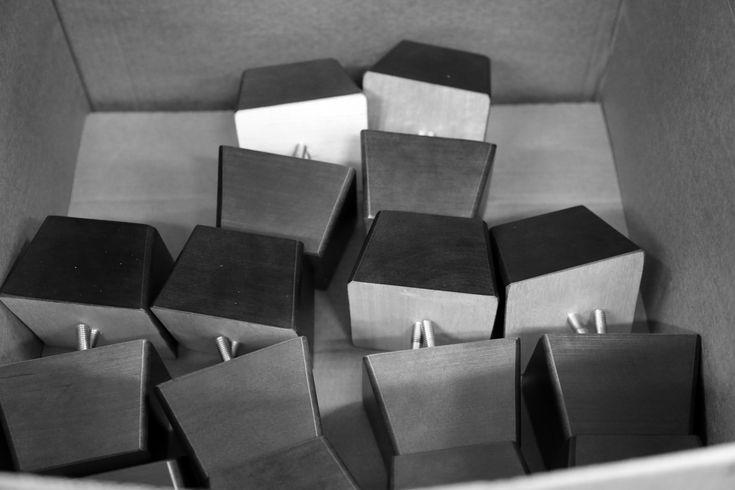 Työvaihe: Sohvan jalat odottamassa vuoroaan | Craft: Sofa legs waiting for their turn Tuotantolinja: Sohvat | Production line: Sofas  #pohjanmaan #pohjanmaankaluste #käsintehty #craftsman #craftsmanship #handmadefurniture #furnituremaker #furnituredecor