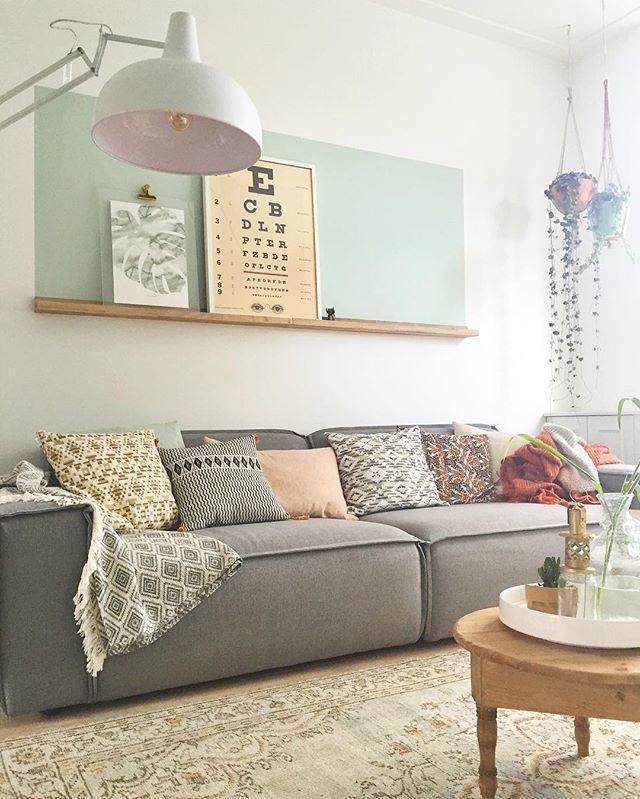 étagères étroites pour la salle à manger et derrière le canapé (pas forcément de couleur)