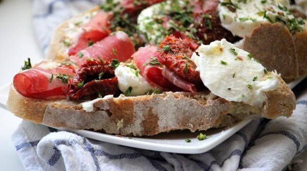 Des bruschettas jambon/tomates/mozzarella