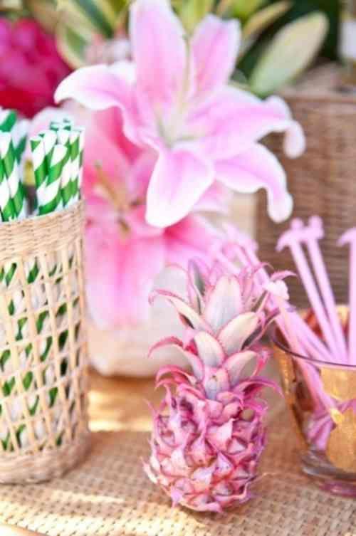 un ananas et des fleurs dans la gamme rose