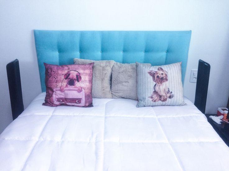 Cabeceira de cama azul tiffany/azul turquesa.