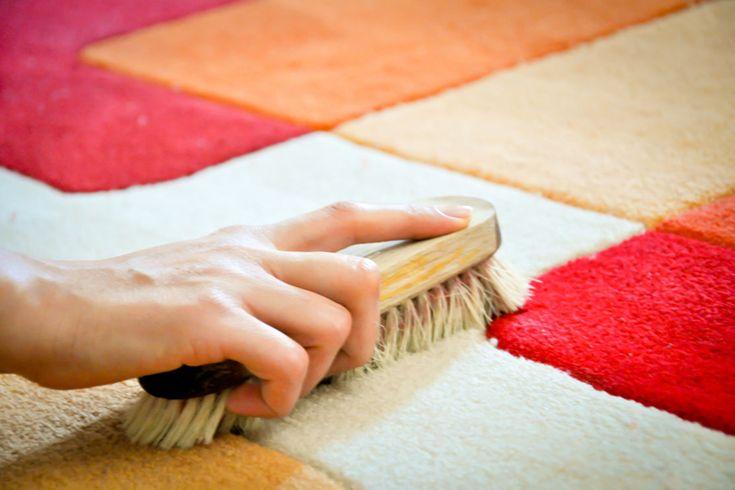Pulire i tappeti: 5 consigli per farli tornare come nuovi. Tutti i trucchi per rimuovere acari, peli e macchie di vino e caffè sul tappeto di casa.