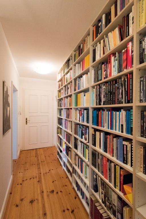 Flur-Bibliothek in schöner Berliner Altbauwohnung in Berlin Mitte…