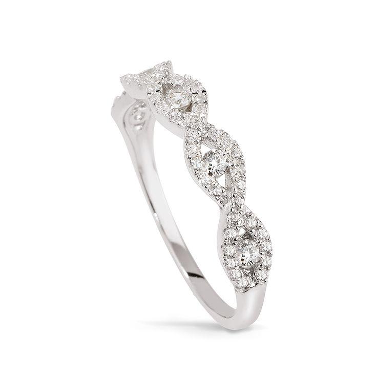 Uroczy srebrny pierścionek z cyrkoniami od W.KRUK. Stworzony dla kobiet kochających połyskujące ozdoby. Pierścionek o ciekawym wzorze, będzie pasował zarówno noszony do casualowych stylizacji, jak i wieczorowych kreacji. Dostępny w wielu rozmiarach, najlepiej prezentuje sie na palcu środkowym, serdecznym lub małym. Wykonany ze srebra próby 925.