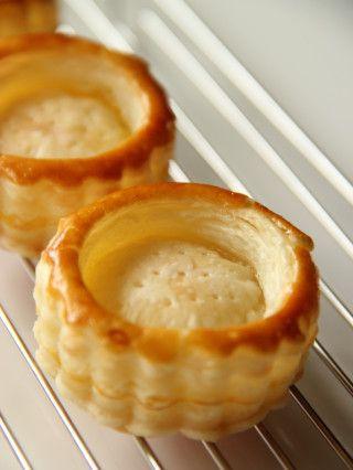 パイが好きでよく作りますが、1からパイ生地を作るのって結構大変なんですよね。  そこでよく利用するのが冷凍のパイシート。  好きな形に成形して焼くだけでかわいいお菓子になるのでとっても重宝しています。  こちらはカップのような形に焼いたパイに桃の缶詰で作った桃のキャラメリゼを詰めただけ♪  「パ二エ」とはかごのこと。 かわいいパイのかごの中は自由にアレンジも楽しめます。  冷凍パイシートでお手軽なのにちょっとおしゃれなかわいいパイになってくれます。
