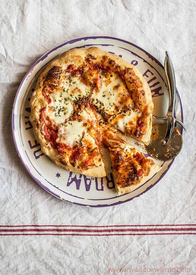Receta con vídeo paso a paso de masa de pizza casera sin amasado y pizza margarita, la más sencilla de tomate y queso, con masa casera. Con fotos y consejos