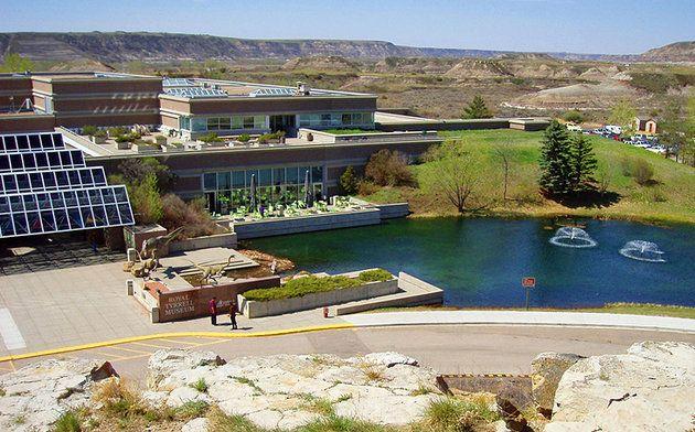 Museo Real Tyrrell de Paleontología   CANADA El Museo Real Tyrrell de Paleontología muestra cientos de fósiles, incluyendo esqueletos de dinosaurios. Las mayoría de las técnicas de museos modernos han traído a millones de años de historia de la tierra a la vida. Fácil de usar terminales de ordenador, proporcionar a los visitantes una idea de la fascinante evolución de la vida en la tierra. Situado en la orilla norte del río Red Deer, el museo abrió sus puertas en 1985 y desde entonces ha…