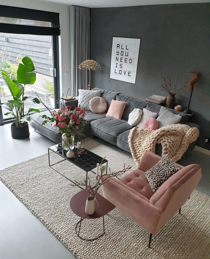 kleur in je interieur met oa een roze stoel