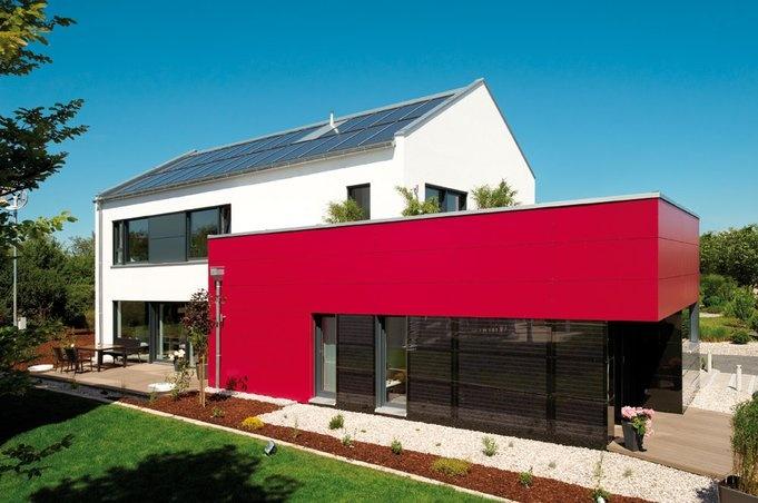 """""""Generation X"""" von Fischer Haus mit Satteldach und farbigem Anbau."""