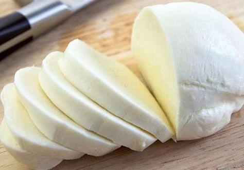Doriți să preparați brânză de casă din ingrediente naturale? Această rețetă din doar 4 ingrediente se prepară foarte simplu, iar rezultatul este peste așteptări de bun. Veți obține brânză de casă gustoasă și foarte gingașă. E o adevărată plăcere s-o prepari! Încercați și o să vă convingeți. INGREDIENTE -1 l de lapte -200 ml de smântână -3 ouă -1 lingură de sare Notă:VeziMăsurarea ingredientelor MOD DE PREPARARE 1. Fierbeți laptele și adăugați sarea. 2. Amestecați smântâna și ouăle. 3…