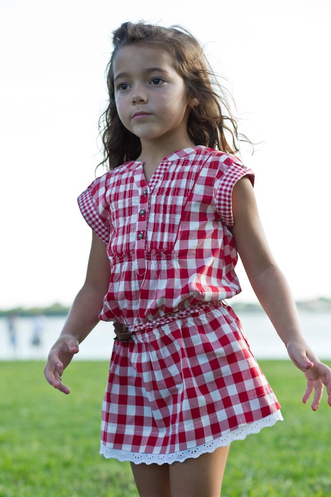 Mayoral se suma a la moda de los estampados a cuadros, permitiendo que las niñas utilicen vestidos tan bonitos como este.