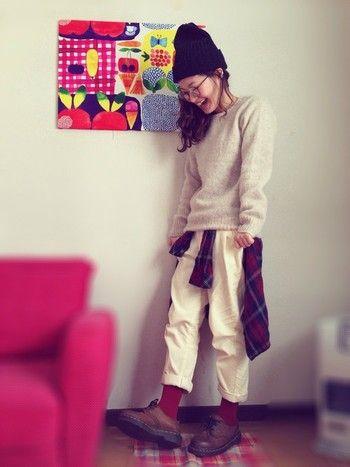 タイツはスカートやワンピースだけでなく、寒い日はパンツスタイルにも◎腰巻のチェック柄シャツの色に合わせて赤系のタイツでアクセント♪