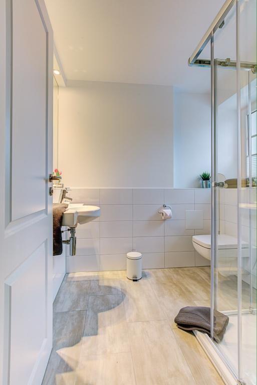 Best Schickes Badezimmer mit Toilette ebenerdige Dusche Kosmetikspiegel Handtuchheizk rper in einer Zimmer