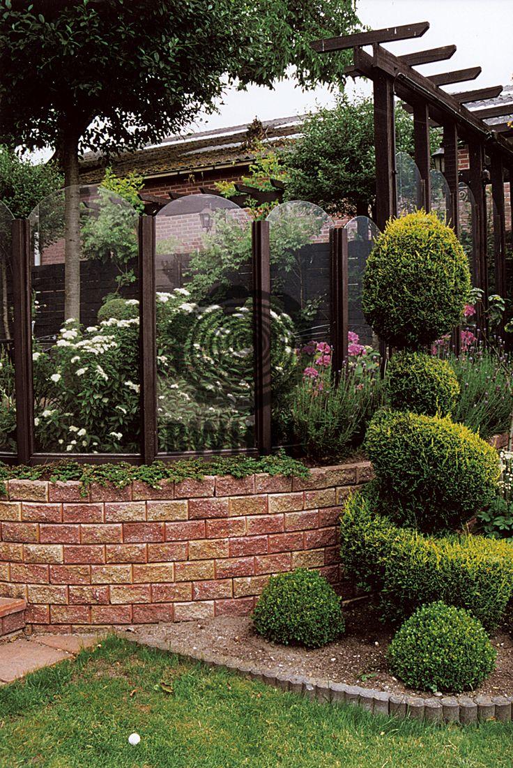 Een sfeervolle gebogen tuinmuur, eenvoudige gestapeld met de taps (schuin) aflopende stapelstenen in de kleuren oranje en geel. Deze stapelstenen zijn te vinden onder artikelnummer: RZ70236-Geel-Rood