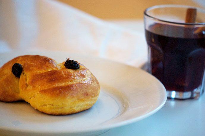Opskrift på de søde, bløde og gyldne luciaboller eller lussekatte som de kaldes i sverige - spises lune på luciadag den 13 december