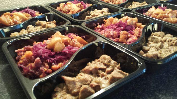 Rodekool stamppot met zoete aardappels , gebakken appeltjes in granaatappelsap en varkensstoofpot