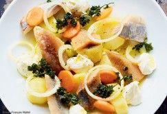 Salade de pommes de terre charlotte tièdes à l'huile, filets de hareng fumé et mariné