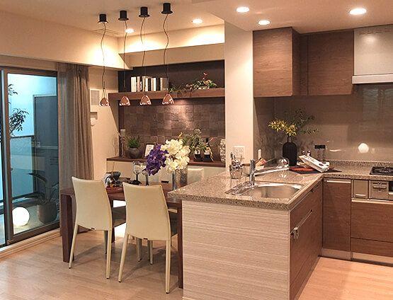 ダイニングルーム – コレクションハウスコーディネート|壁面装飾や家具の随所にコレクションをディスプレーし、アート空間のようなダイニングスペース。