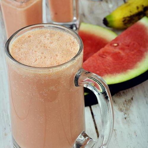 Ингредиенты:  180 гр охлажденной нарезанной мякоти арбуза 50 гр охлажденного и нарезанного банана 50 мл охлажденного кокосового молока 120 гр ванильного мороженого 2 столовые ложки