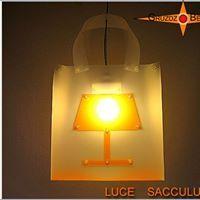 LUCE SACCULU: Maßanfertigung: Eine Lampe in Form einer großen stabilen Einkaufstasche.  Made to measure: A lamp in the form of a large stable shopping bag.